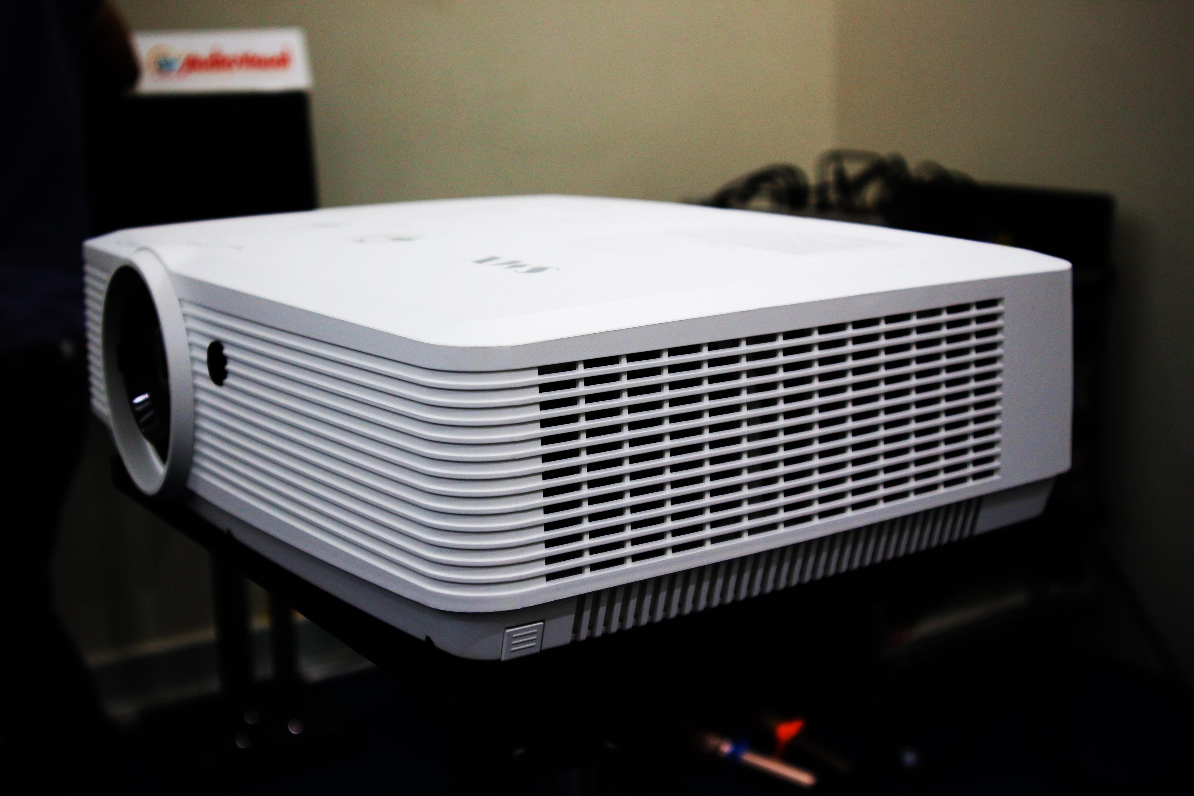 Máy chiếu SMX MX-L4200U cường độ sáng lên tới 4200 Ansi Lumen